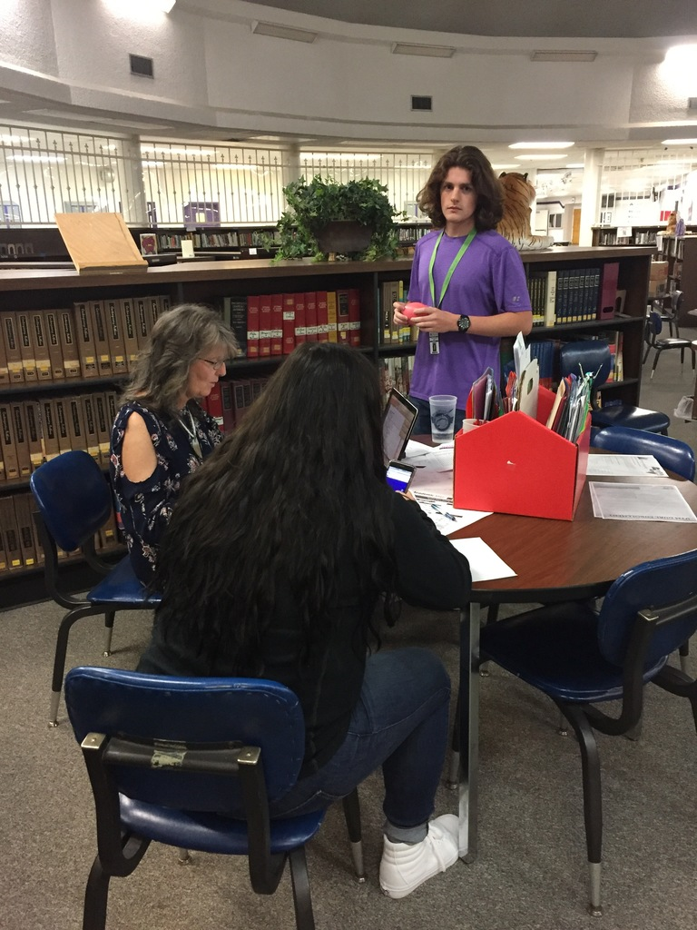 Donna Smith helps students sign up for D.E. classes